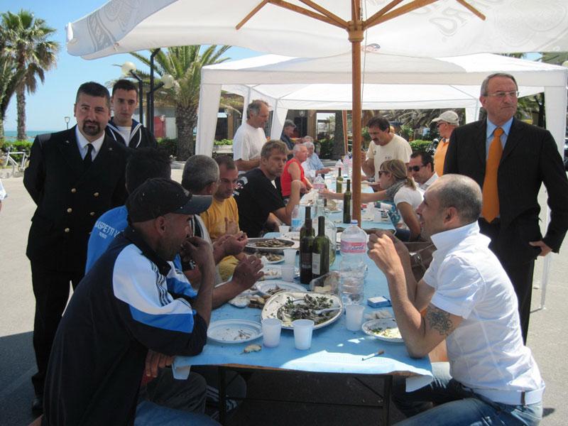 La tavolata offerta dalla marineria